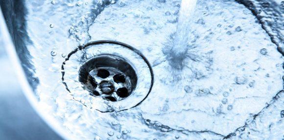 Alertan de una posible estafa conocida como el 'timo del agua' con la contaminación del vertedero de Zaldibar como gancho