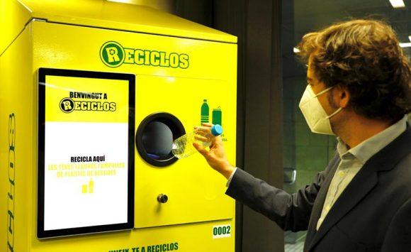 Ecoembes instala las primeras máquinas que recompensarán por reciclar