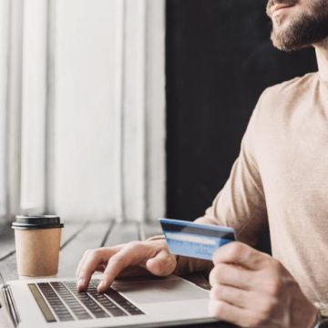 El consumidor no deja de serlo porque dedique muchas horas, tenga mucha pericia o gane mucho dinero