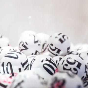a Unión de Consumidores recuerda que tenemos que hacer, si compartimos  lotería de Navidad, y que precauciones tomar si nos toca.