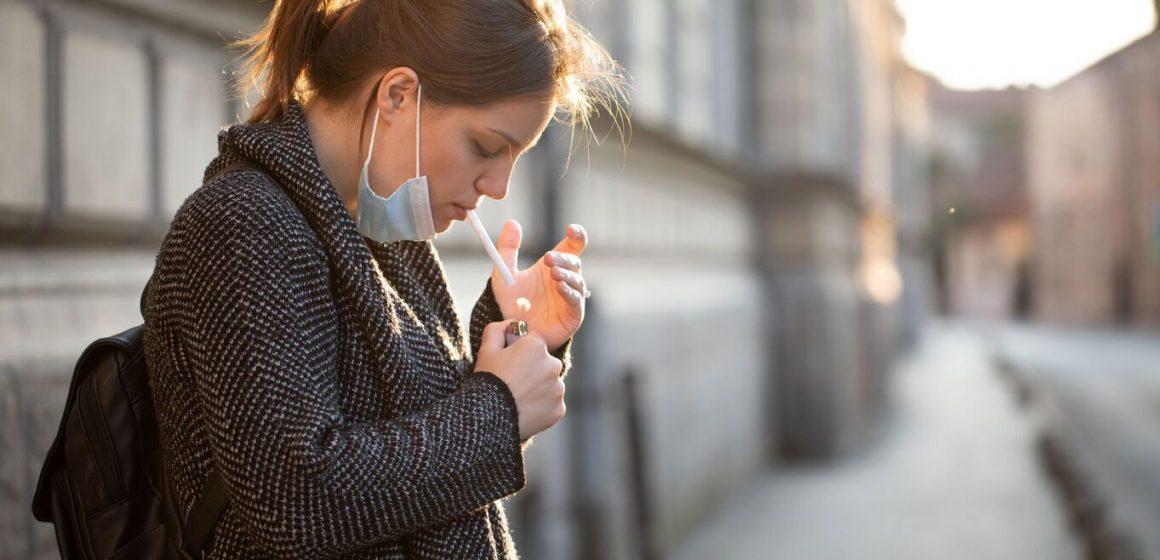 Sanidad aconseja evitar fumar después de usar un gel hidroalcohólico