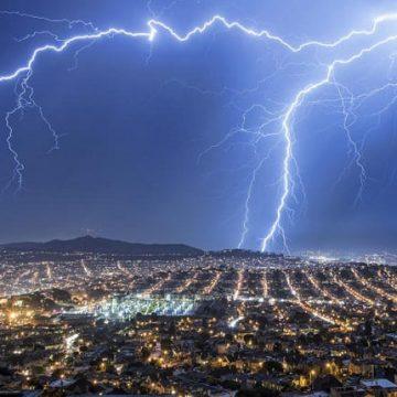 ¿Hay que desenchufar el PC o la tele si hay tormenta?