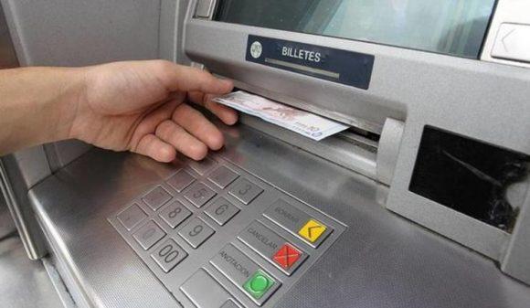 El Banco de España avisa: tu banco puede cobrarte comisiones por sacar dinero en efectivo en sus cajeros